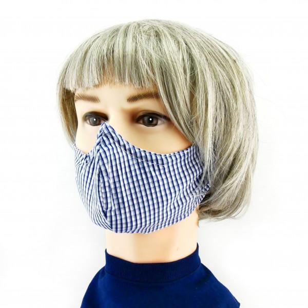 mujer con Mascarilla de cuadros azul y blanco