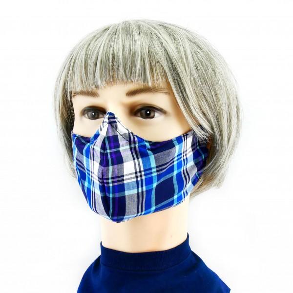 mujer con Mascarilla azul claro y oscuro con cuadros escoceses