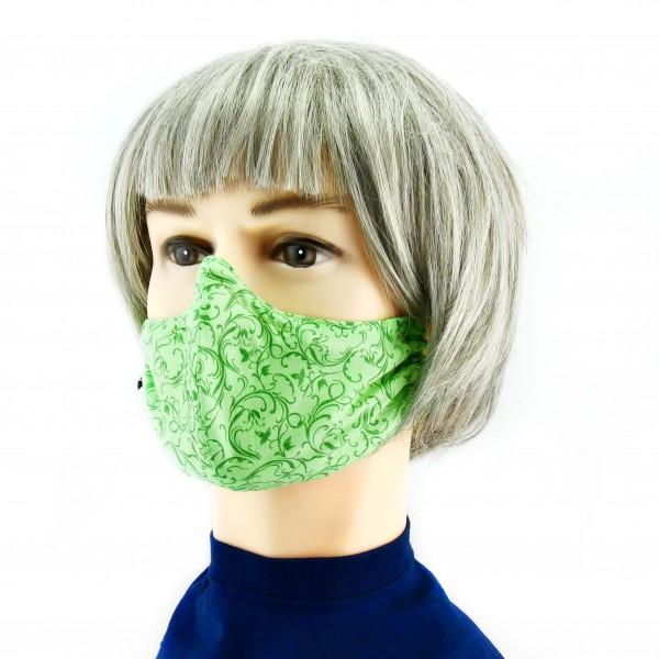 mujer con Mascarilla verde claro con flores verde oscuro